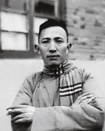 傅抱石年轻时的照片。
