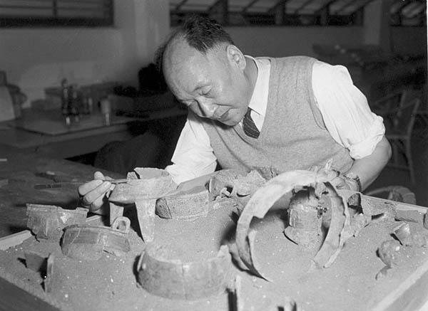"""上世纪60年代初,李济在台湾""""中研院""""史语所做破损铜器粘合试验"""