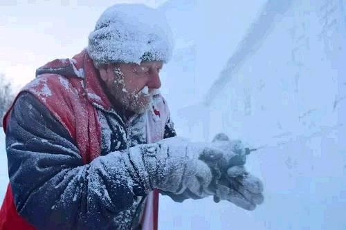 冒着严寒雕刻的俄罗斯匠人