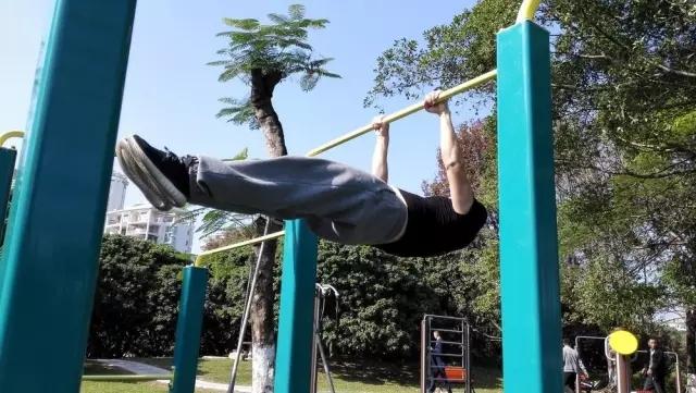 40岁大叔增肌20斤 带领200猛男靓女深圳街头健身